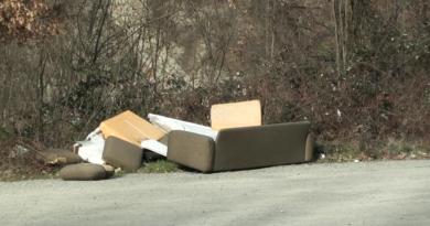 Provinciale val Taro. Maleducati in azione: rifiuti nei pressi del Miravalle.